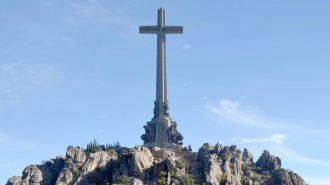 Decenas de personas reivindican frente al Valle de los Caídos el desmantelamiento del monumento