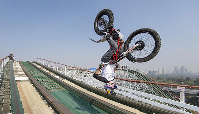 Julien Dupont de Red Bull hace moto-cross en una montaña rusa