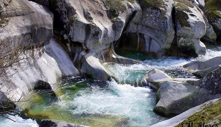 Piscinas naturales la otra playa for Aguas termales naturales madrid
