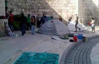 La PAH mantiene su acampada en la plaza Cervantes