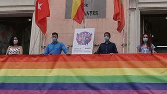 Querella contra el alcalde de Alcalá por colgar la bandera LGTBI