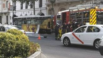Arde un autobús de la EMT en la calle Velázquez, sus pasajeros han sido evacuados