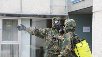 Artilleros de la Brigada Paracaidista desinfectan los centros de salud