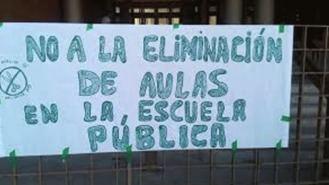 Vecinos se concentran contra el cierre de un aula infantil en un colegio público