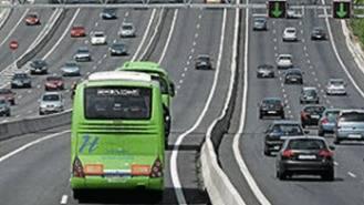 Transportes suprime por seguridad dos paradas de bús de la vía de servicio de la A6