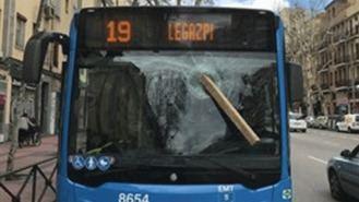 Agreden a un conductor de la EM arrojándoles a la luna del autobús un tablón de madera