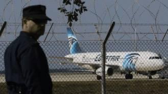 El secuestrador del avión de EgypAir pide hablar con su exmujer
