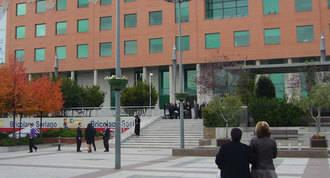 Una comisión judicial registra el puesto de trabajo de un funcionario