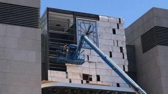 Comienzan a sustituir las placas del reloj del Ayuntamiento por riesgo de desprendimiento