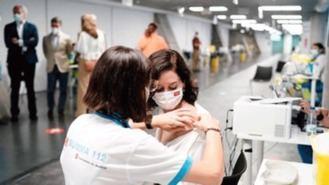 Ayuso recibe la vacuna de Pfizer en el Wizink Center