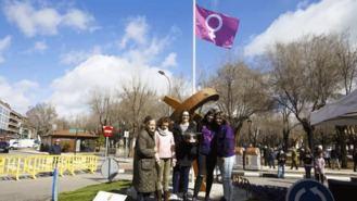 La bandera feminista ondea ya en el Mástil de la Fraternidad del Parque del Ejido