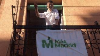 Las banderolas de Mas Madrid para los balcones se agotan, 'desbordados' por las peticiones