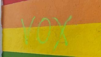 Amanece con una inscripción de Vox un mural municipal con la bandera LGTB