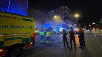 Bomberos observan daños estructurales en el edificio afectado por el incendio