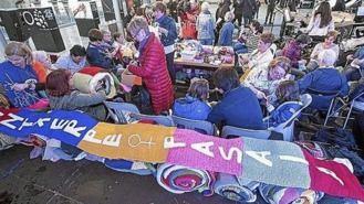 Los vecinos amplían la `bufanda de Astigarraga' contra la violencia sexista
