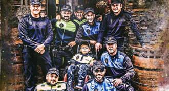 Policías locales posan en un calendario para recaudar fondos para un niño