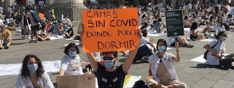 Los MIR cubren Sol con sábanas en protesta por las 'camas calientes'