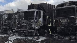 Cuatro camiones de recogida de basura arden en un incendio
