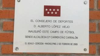 Retiran la placa de López Viejo del campo de fútbol de Cerceda