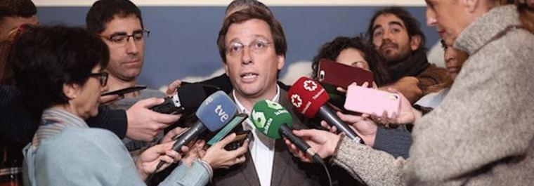 Carabanchel a Almeida: 'Menos banderas, queremos los 700.000 €'