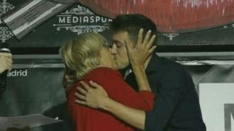 Carmena y Errejón, campaña con beso en la boca en una fiesta LGTBi