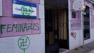 Aparecen esvásticas y pintadas de Vox y `Feminazis´ en Fuenlabrada