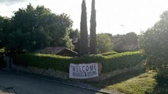 Pancarta de Vox en el chalé de Iglesias y Monterio; 'Welcome Refugees & Ocupas'