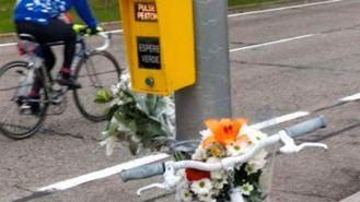 Ciclistas se concentran en el lugar donde murió una persona atropellada por un camión de basura