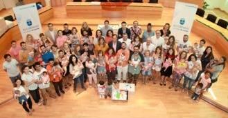 El Ayuntamiento entrega las primeras 225 canastillas para los recién nacidos