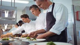 El Ayuntamiento promueve la gastronomía con becas de estudio para hosteleros
