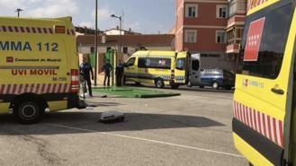 Una conserje de 55 años herida muy grave al caerle encima una puerta de 300 kg