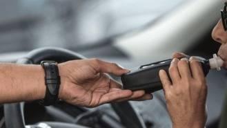 Un policía local pierde parte de un dedo por un mordisco durante una detención
