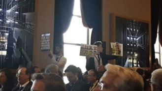 Despliegan pancartas en favor de los presos independentistas en el World Law Congress