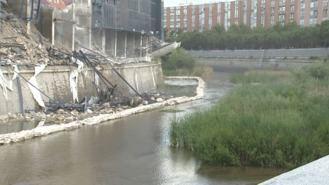 Ecologistas piden la paralización del derribo del Calderón por verter escombros al Manzanares