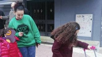 Desahucian a una mujer y sus dos hijas de 5 y 7 años de un piso en Parla