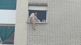 Desahuciadas dos mujeres y un bebé, otro ha sido paralizado al intentar tirarse por la ventana
