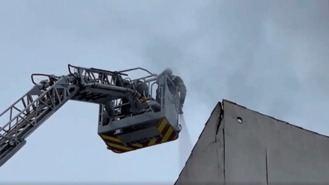 Arde sin heridos una cubierta de un edificio de viviendas en el Paseo de Extremadura
