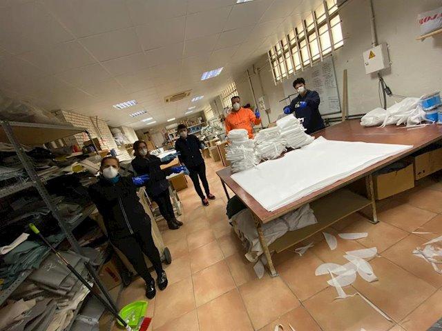 Empresarios crean una red para fabricar 10.000 batas y mascarillas
