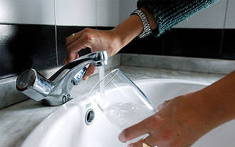 El recibo del agua bajará un 0,1% en la Comunidad en 2015