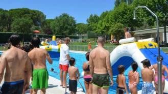 Vecinos de todas las edades se dan cita en la Fiesta del Agua en la Piscina Municipal