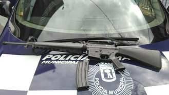 Detenido con un fusil de asalto simulado cerca de una sede de la policía local