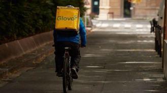 Un juez reconoce la relación laboral de 69 'riders' de Glovo con la plataforma