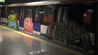 Los grafiteros pintan 100 m2 de un tren de Metro entre La Moraleja y Marqués de Valdavia
