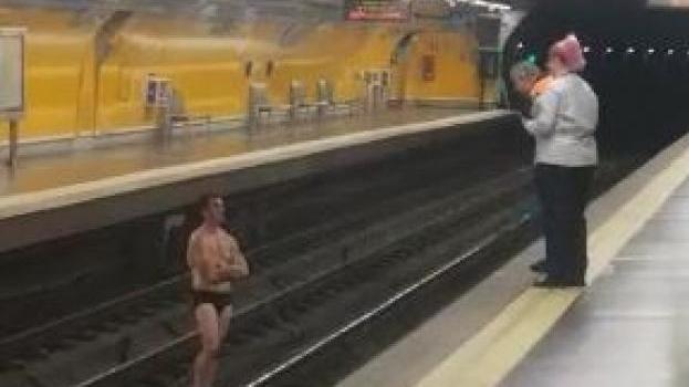 Un hombre se queda en ropa interior y baja a las vías del tren en el Metro de Tirso de Molina
