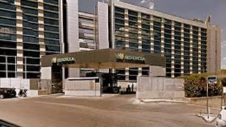 Una sede de Ibedrola en Vallecas empapelada denunciando la