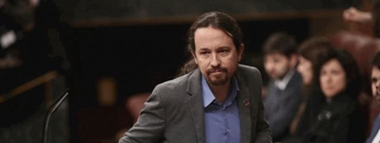 Los diputados del PSOE ovacionan puestos en pie a Iglesias