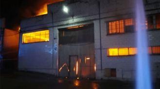Los bomberos extinguen el quinto incendio en una nave industrial en un mes