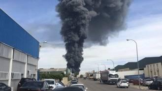 Un incendio calcina 2.000 m2 de papel, goma y chatarra en Arganda