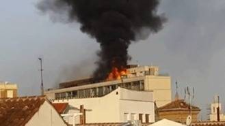 Aparatoso incendio en la azotea de un edificio de apartamentos en la Plaza Callao