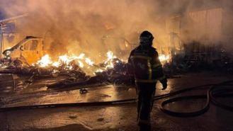 Aparatoso incendio con varias explosiones en un aparcamiento de caravanas